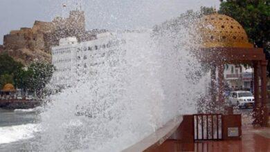 إعصار شاهين يقترب من الإمارات.. وعُمان توقف الرحلات الجوية