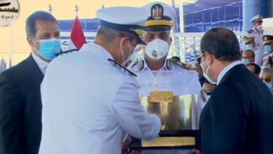 الرئيس السيسي يتسلم هدية تذكارية من رئيس أكاديمية الشرطة
